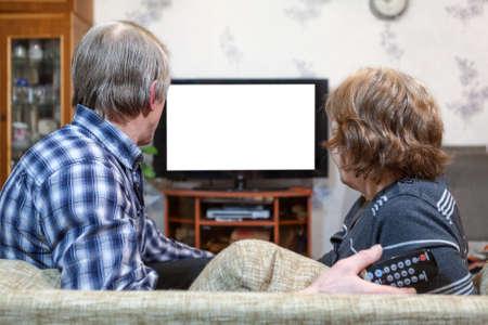 Senior Kaukasische paar zitten in de voorkant van de tv en kijken geïsoleerd wit scherm