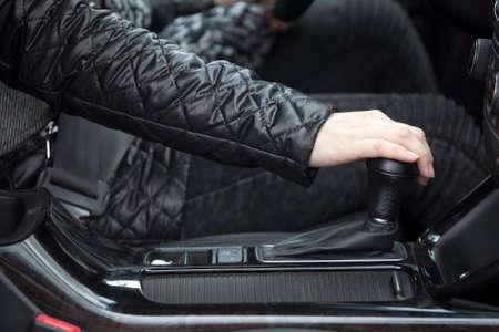 Side close-up weergave van de menselijke hand veranderende niveaus van automatische auto versnellingsbak