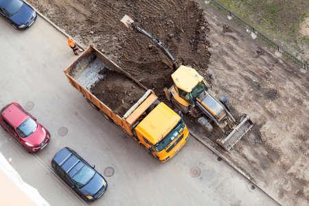 delito: ST. PETERSBURGO, Rusia - alrededor de abril, 2015: maquinaria servicio comunitario hace que la mejora del suelo urbano en Rusia apartamento patio. Creación de condiciones de vida en la ciudad