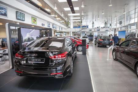 ST. PETERSBURG, RUSLAND - CIRCA april, 2015: Hyundai Genesis luxe auto is in auto dealer showroom. De Rolf Lahta is een officiële dealer van Hyundai Redactioneel
