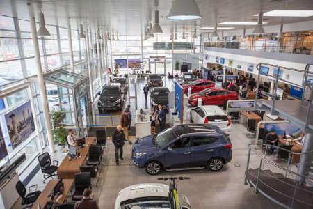 ST. PETERSBURG, RUSLAND - CIRCA april, 2015: Hoogste mening van autodealer showroom met klanten en verkopers. De Rolf Lahta is een officiële dealer van Hyundai bedrijf Redactioneel