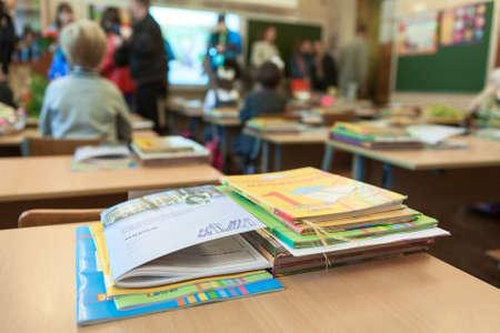 ST. PETERSBURG, Russland - CIRCA September 2014: Schul Bewegung und ABC-Bücher sind auf dem Schreibtisch im Klassenzimmer. Eltern mit Kindern gibt Innen. Kinder gehen wieder zur Schule zum ersten Mal im September Editorial