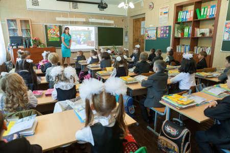 ST. PETERSBURG, RUSLAND - september, 1, 2014: Eerste klas leerlingen en leraar op school klaslokaal op de eerste les. Kinderen gaan terug naar school bij de eerste keer in september
