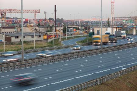 schlagbaum: Verschwommene Spuren von Fahrzeugen, die auf vierspurige Autobahn