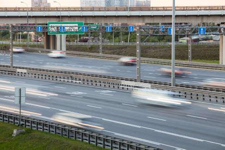 schlagbaum: Unscharfe Bewegung von Fahrzeugen auf der vierspurigen Autobahn