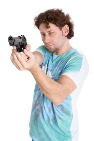 hair man: Adulte homme de cheveux boucl�s visant avec un pistolet noir, isol� sur fond noir