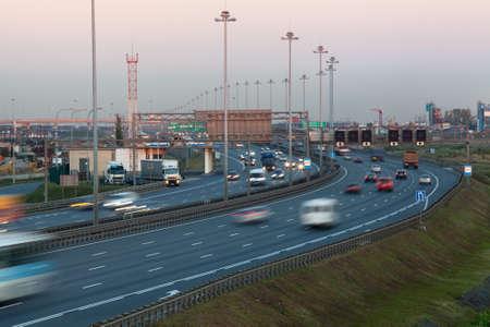 schlagbaum: Stadtring ist in den Abendstunden. Langzeitbelichtung. Autobahn ist in Pulkovo Bezirk. St. Petersburg, Russland