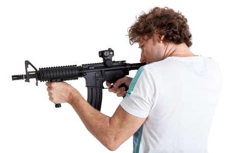 machine-gun: Zijaanzicht achterkant van krullend haar volwassen man gericht met zwarte machinegeweer, op een witte achtergrond