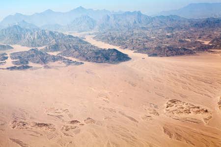 desierto del sahara: Las montañas Horeb en Egipto en la península de Sinaí con el desierto del Sahara, vista aérea Foto de archivo