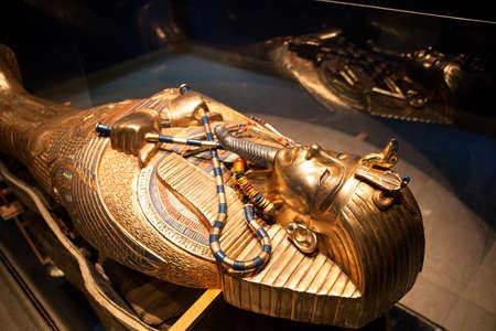 muerte: HURGHADA, Egipto - alrededor de NOV de 2015: la tumba de oro del faraón egipcio está en el museo del hotel. Los Alf Leila Wa Leila spa 1001 Nights es uno de la cadena de Pickalbatros en Hurgada Editorial