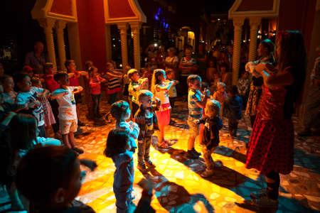HURGHADA, Egipto - alrededor de NOV de 2015: Los niños del partido de disco con animadores es en el hotel egipcio. Los Alf Leila Wa Leila spa 1001 Nights es uno de la cadena de Pickalbatros en Hurgada Editorial