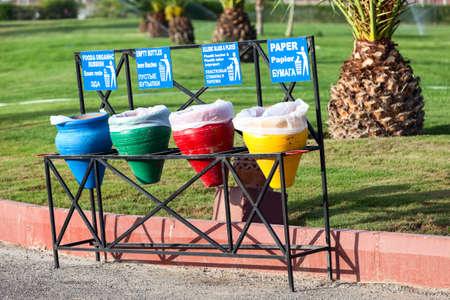 separacion de basura: cestos de basura de color para la separaci�n de basura est�n en las calles de la ciudad