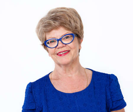 Blije glimlachende senior vrouw portret, witte achtergrond