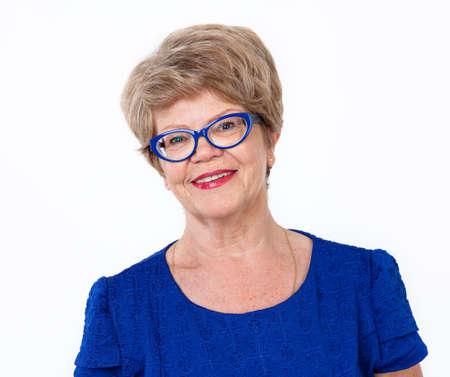 mujeres ancianas: sonriente mujer alegre retrato mayor, el fondo blanco