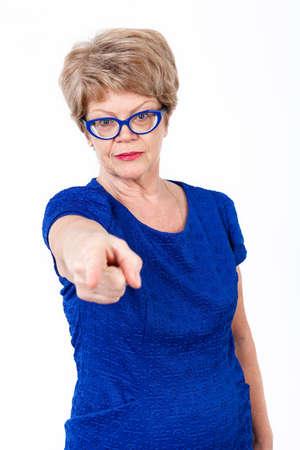 damas antiguas: Mujer mayor caucásica poiting con el dedo a usted, fondo blanco