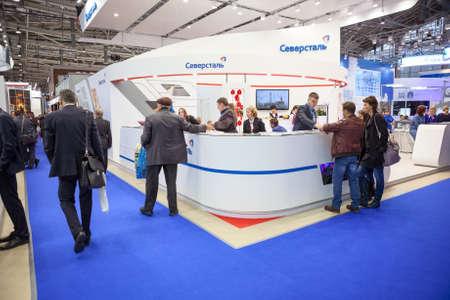 Moscú, Rusia - alrededor de NOV de 2015: stand de Severstal Empresa Metalúrgica se encuentra en el metal-Expo'2015, el 21 Exposición Industrial Internacional en el Centro de exposiciones de toda Rusia