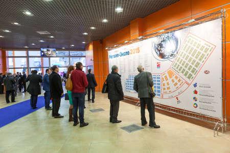 comercio: Moscú, Rusia - alrededor de NOV de 2015: Los visitantes mirar en el stand con la correspondencia en el metal-Expoâ ? ? 2015, el 21 de Exposición Industrial Internacional en el Centro de exposiciones de toda Rusia