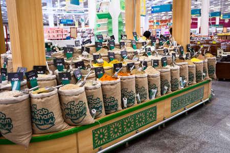 tiendas de comida: HURGHADA, Egipto - alrededor de noviembre de 2015: Bolsas llenas con especias orientales aromáticas secas están en el supermercado alimentos. El bosquecillos Group Limited cuenta con tres tiendas de comestibles en Egipto