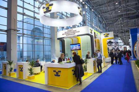 MOSKWA, Rosja - OKOŁO listopada 2015: Stojak białoruskiego hutnicze Firma znajduje się na Metal-Expo'2015, 21. Międzynarodowej Wystawie Przemysłowej w centrum wystawowego All-Rosja
