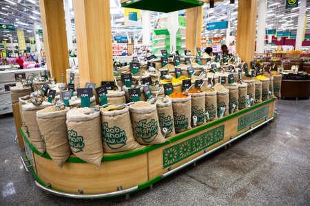tiendas de comida: HURGHADA, Egipto - alrededor de NOV de 2015: Venta de especias orientales aromáticas secas se encuentra en el supermercado de alimentos. El Grupo Spinneys Limited tiene tres tiendas de comestibles en Egipto