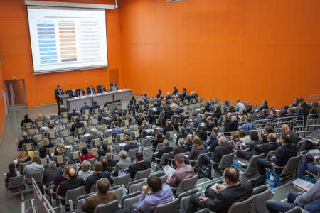 MOSCOW, RUSLAND - CIRCA NOV, 2015: Wetenschappelijk en technisch seminar ligt op de Metal-Expo 2015, de 21ste Internationale Industriële Tentoonstelling in het Alt-Russische Expositiecentrum