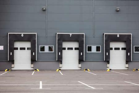 bahías de carga de camiones modernos con puertas basculantes. área vacía, cerrar puertas Foto de archivo