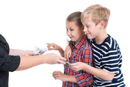 money in the pocket: manos femeninas que dan a los niños felices dinero de bolsillo, fondo blanco aislado