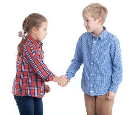 Ocho años de edad hermano y hermana dar la mano, fondo blanco aislado