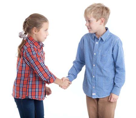 Osm let věku bratr a sestra, třes rukou, izolované bílé pozadí