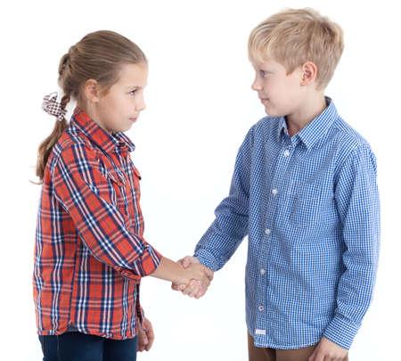 Acht jaar blanke meisje en jongen handen schudden, geïsoleerde witte achtergrond