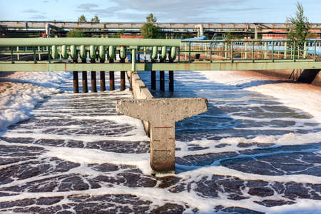 Bassin pour l'aération et le nettoyage des eaux usées. Alimentation en oxygène dans l'eau grise. usine de traitement biologique