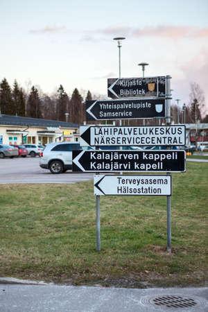 KALAJARVI, FINLANDIA - CIRCA, DEC, 2015: Las señales de dirección a la biblioteca, a la iglesia y al hospital están en la pequeña ciudad de la provincia. Vivir en la parte norte del país Editorial