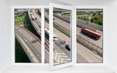 大声での道路交通騒音 immission pvc ウィンドウの開いている 1 つのフレームで車の運転
