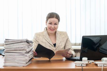 Empfangsdame eine Frau, die Kamera mit einem Zeitplan oder einer Liste betrachtet