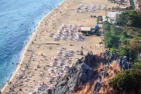 Aerial view at Kleopatra beach, the Alanya city, Turkey. Water line with sandy coastline. Focus is on rocks 免版税图像
