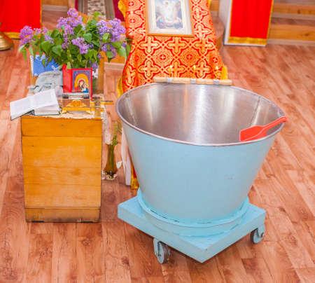 pila bautismal: Cosas de la iglesia para el bautismo. Fuente Foto de archivo