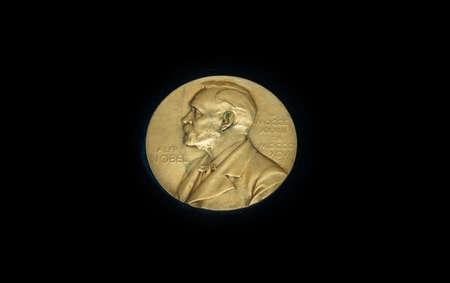 メダルは、権威ある国際的なノーベル賞に毎年授与されます。黒の背景で金目たる