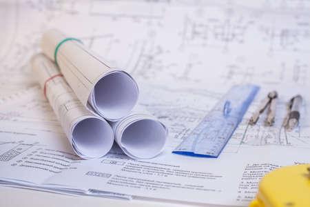 La documentation de conception est sur la table. Outil pour les concepteurs. Rouleaux de dessins. Banque d'images - 91292848