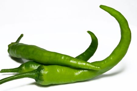 chiles picantes: Green Hot Chilli Peppers aislados en blanco