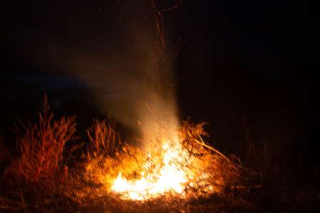 La hoguera es un gran fuego al aire libre que se usa como parte de una celebración, para quemar basura o como señal.
