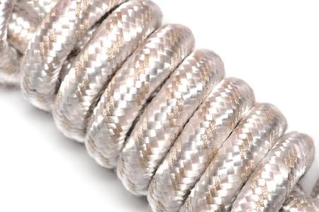 elongacion: Cuerda o alambre en el fondo blanco