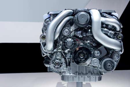 車のエンジン、金属、クロム、プラスチック部品、背景に白、グレー、黒のライン模様とモダンな強力な自動車モーターの概念