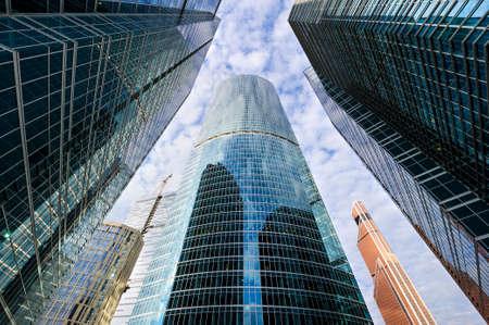 anuncio publicitario: modernos rascacielos de oficinas de negocios, mirando a los edificios de gran altura en el distrito comercial, arquitectura de recaudación para el cielo azul con nubes blancas, vista desde abajo