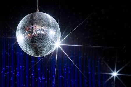 Disco-Kugel mit Sternen in Nachtclub mit gestreiften blauen und schwarzen Wänden beleuchtet von Spotlight, Party und Nachtleben Entertainment-Industrie