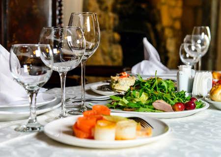 Serviert für Urlaub Bankett Tisch im Restaurant mit Speisen, Snack, Besteck, Wein und Wasser Gläser. Europäische Lebensmittel