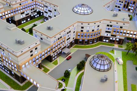 infraestructura: Hospital de maqueta, el diseño del edificio médico, miniatura del centro de la gran ciudad con la infraestructura de atención médica, servicio de ambulancia, la arquitectura y el diseño moderno, atención selectiva