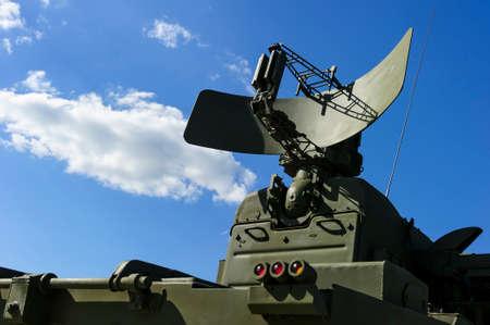 Aire radar de defensa del sistema poderoso lanzador de misiles militar móvil del color verde, la industria ejército moderno, nube blanca y azul cielo en el fondo