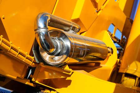 cargador frontal: supresor de chispas, material para máquinas de construcción tales como bulldozer, tractores, excavadoras, grúas móviles, cargador frontal, la industria pesada Foto de archivo
