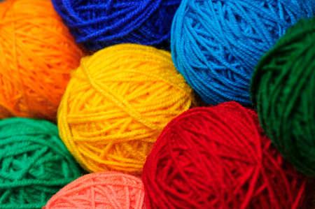 もつれたカラフルなミシン糸、選択と集中のかせ毛糸ボール