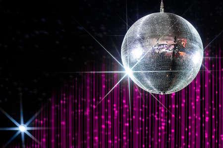 ナイトライフ芸能界のスポット ライトに照らされてピンクと黒のストライプの壁とナイトクラブで星パーティー ディスコ ボール 写真素材